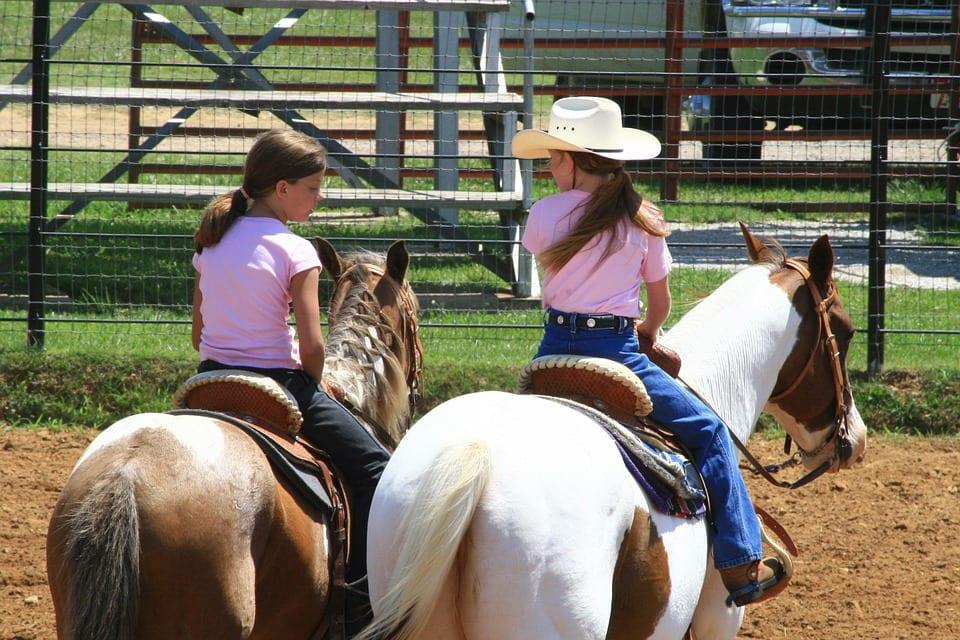 Niñas montando a caballo