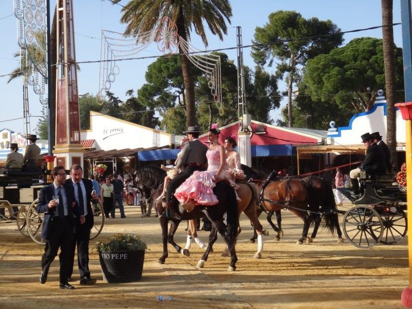 Jinetes y carrozas con caballos