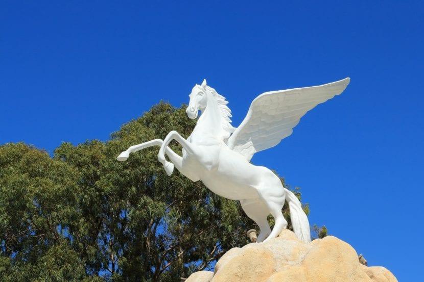 Estatua de un caballo alado