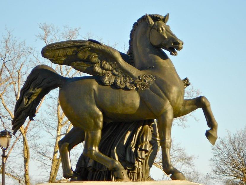 Una figura de un caballo alado en un ciudad