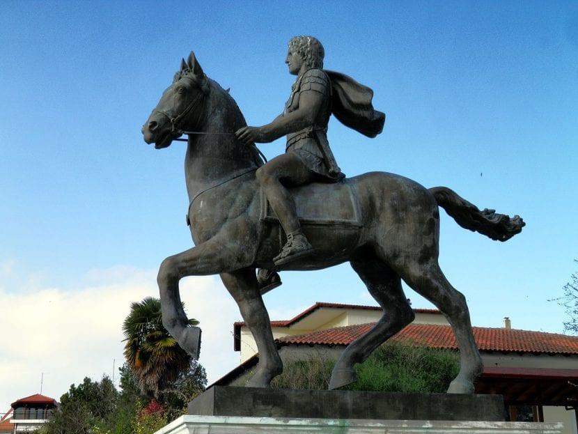 Estatua de Alejandro Magno montando a Bucéfalo